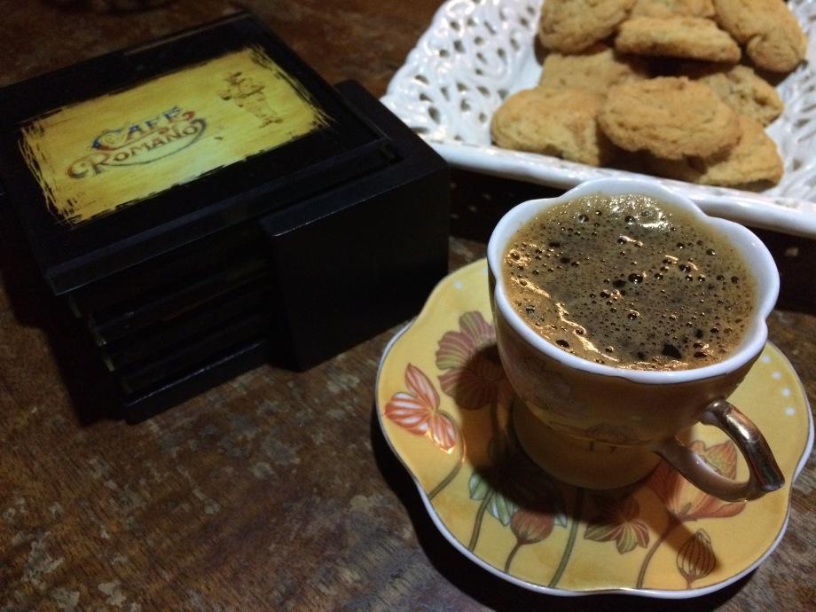 Freshly brewed coffee in a demitasse and cookies.